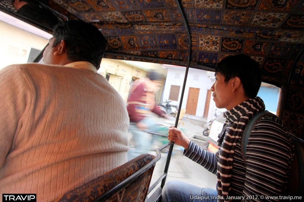 Đi xe tuk tuk xuyên qua các con phố nhỏ bé của Udaipur