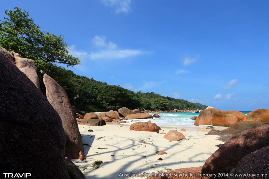 Bãi biển cát mịn cùng những khối đá granite đỏ vàng đặc trưng ở Anse Lazio, đảo Praslin.