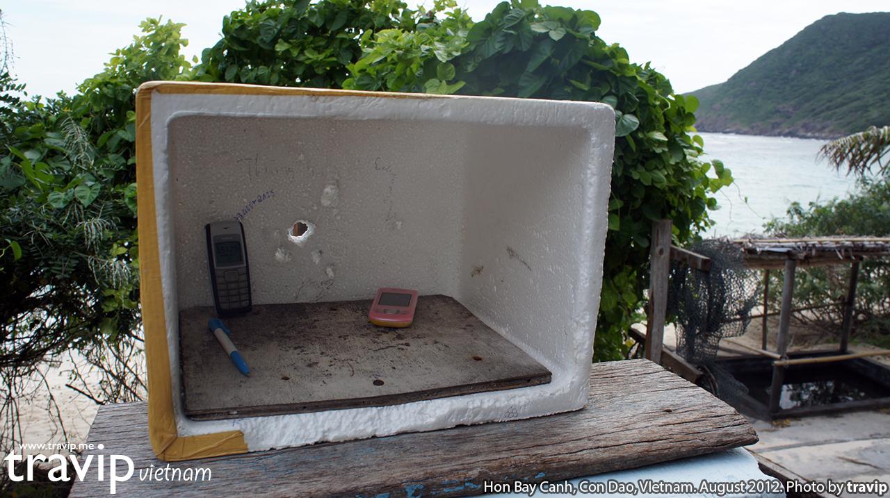 Hộp xốp để điện thoại di động của kiểm lâm Hòn Bảy Cạnh. Ở đây sóng điện thoại rất chập chờn nên các nhân viên kiểm lâm phải để điện thoại ngoài trời như thế này để bắt sóng.