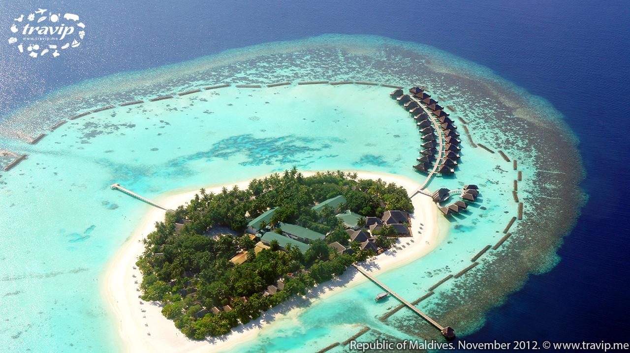 Một đảo resort với các villa xây nổi trên mặt nước.