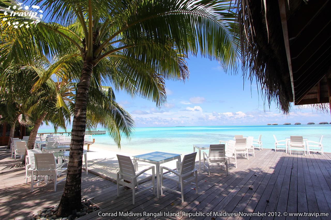 Một nhà hàng trên bãi biển ở Conrad Maldives Rangali Resort.