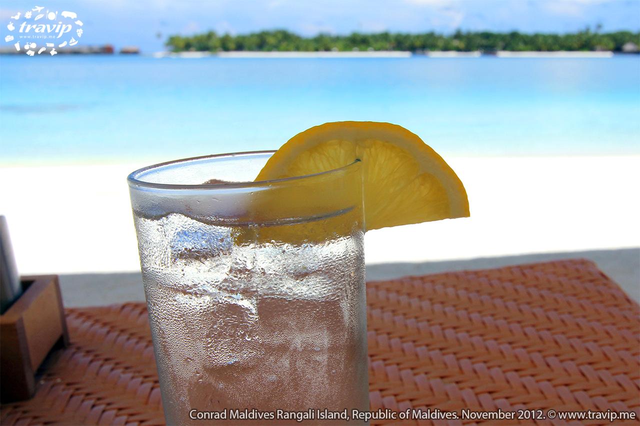 Thưởng thức nước chanh trên bãi biển đầy nắng.