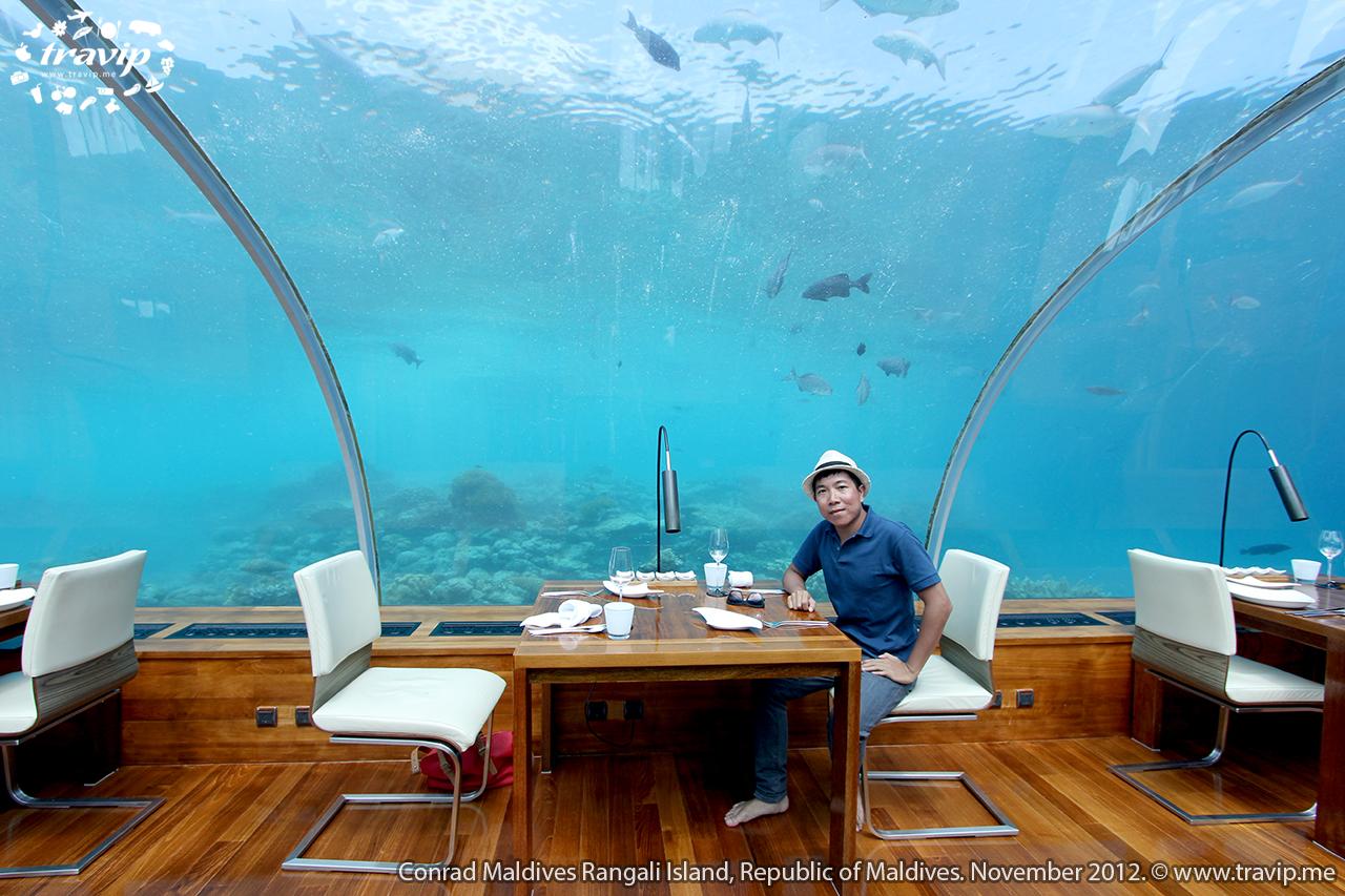 Bên trong nhà hàng Ithaa, nhà hàng dưới biển đầu tiên trên thế giới tại  Conrad Maldives Rangali Resort.