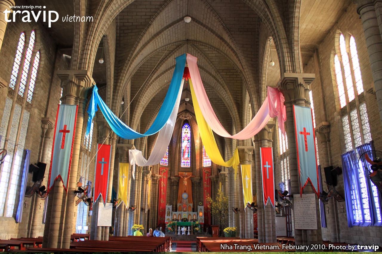 Bên trong Nhà thờ Đá ở trung tâm Nha Trang.