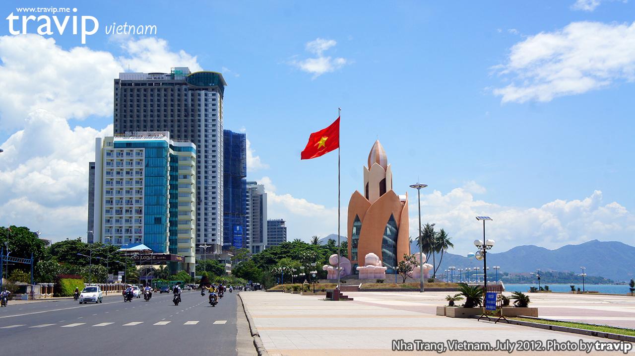 Quảng trường chính của thành phố. Đằng xa là Tháp Trầm Hương và hàng loạt khách sạn cao tầng mới mọc lên.