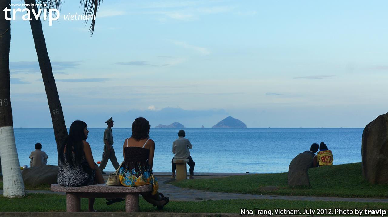 Du khách ngắm biển Nha Trang lúc chạng vạng.