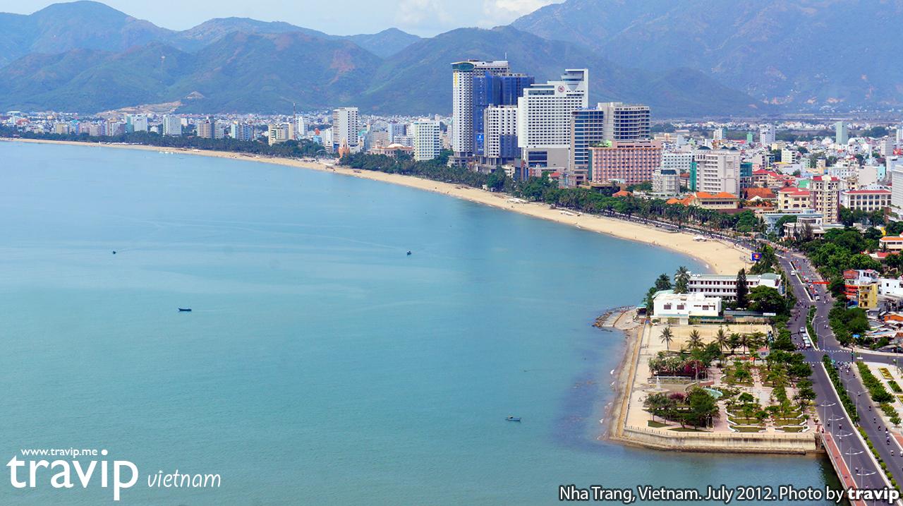 Thành phố và bãi biển Nha Trang nhìn từ trên khinh khí cầu.