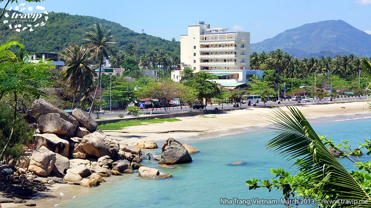 Bãi biển gần Hòn Chồng. Bãi này nhỏ và vắng, cảnh cũng rất đẹp.