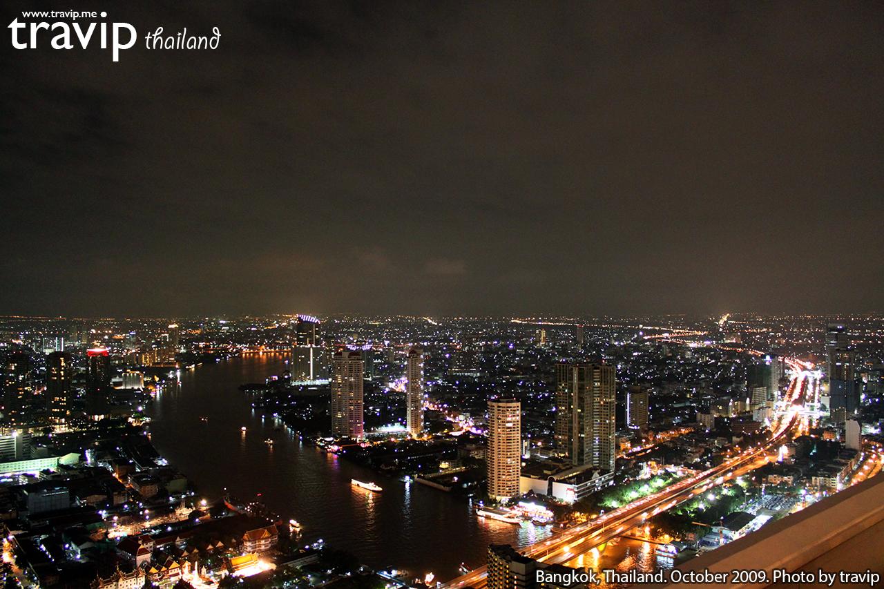 Một góc Bangkok soi bóng bên sông Chao Phraya về đêm.