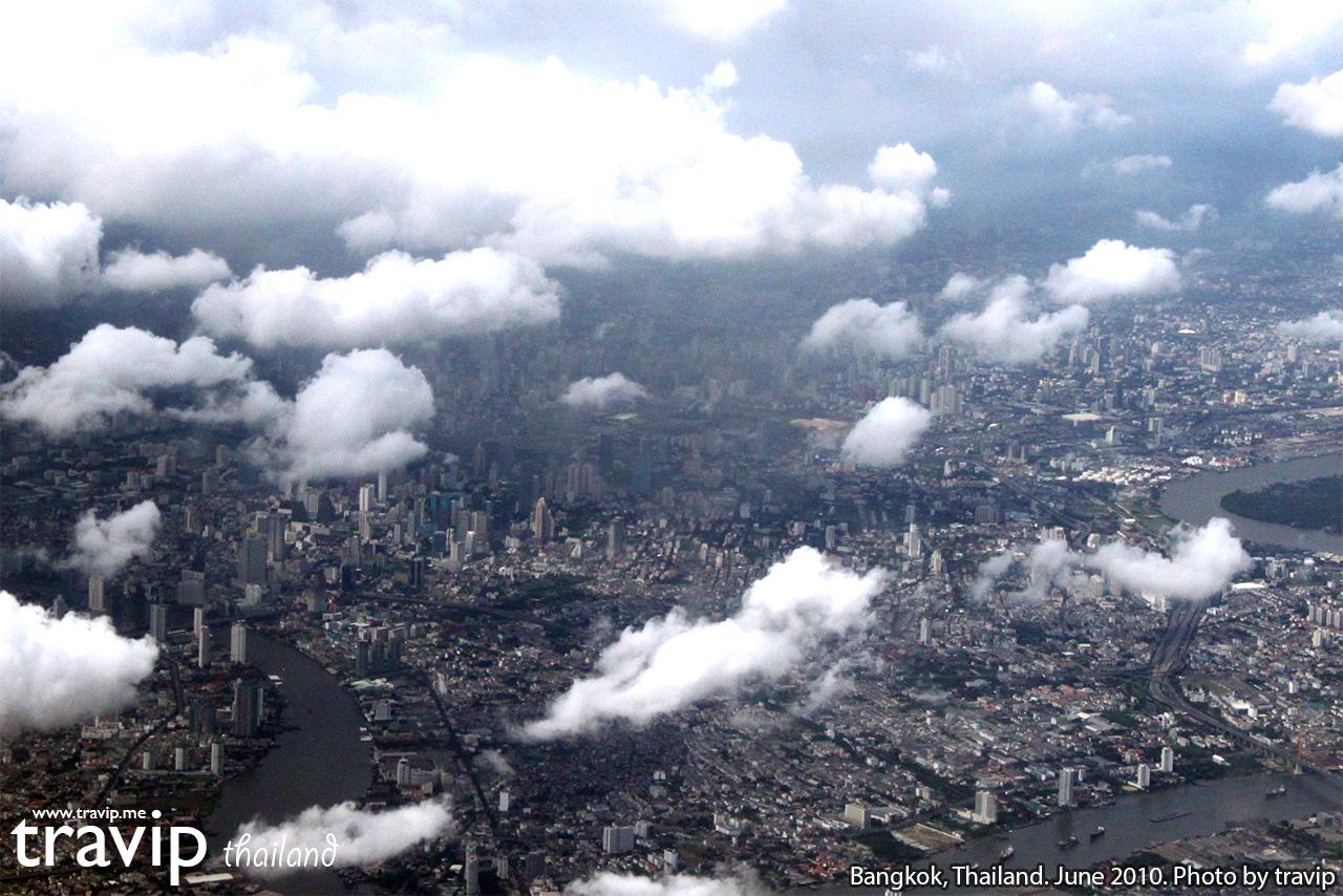Thủ đô Bangkok nhìn từ trên máy bay xuyên qua làn mây mỏng.