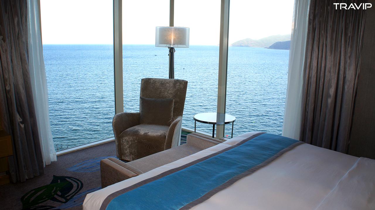 Phòng ngủ của Executive Suite nhìn ra vịnh Nha Trang.