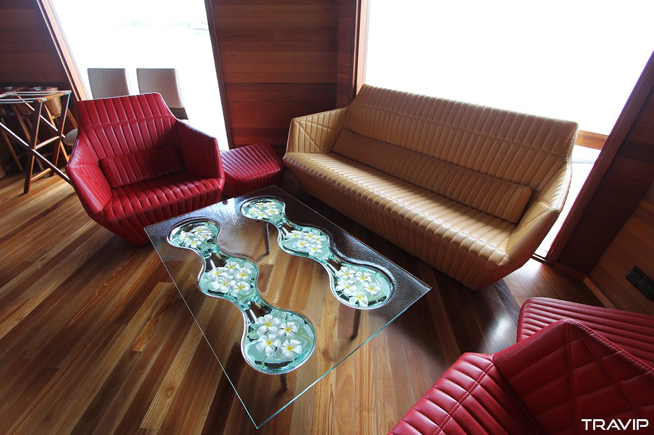 Phòng khách của nhà hàng Ithaa trước khi xuống biển.