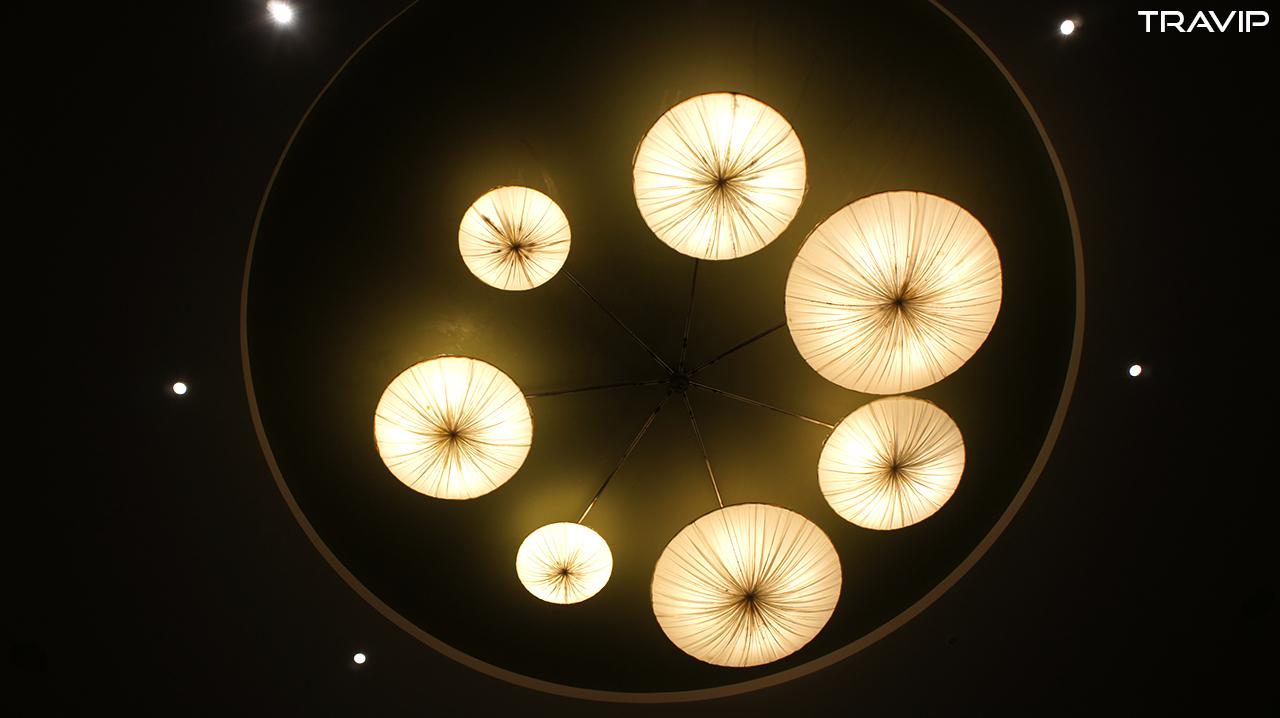 Đèn chùm ở sảnh đón khách như những con sứa dưới biển