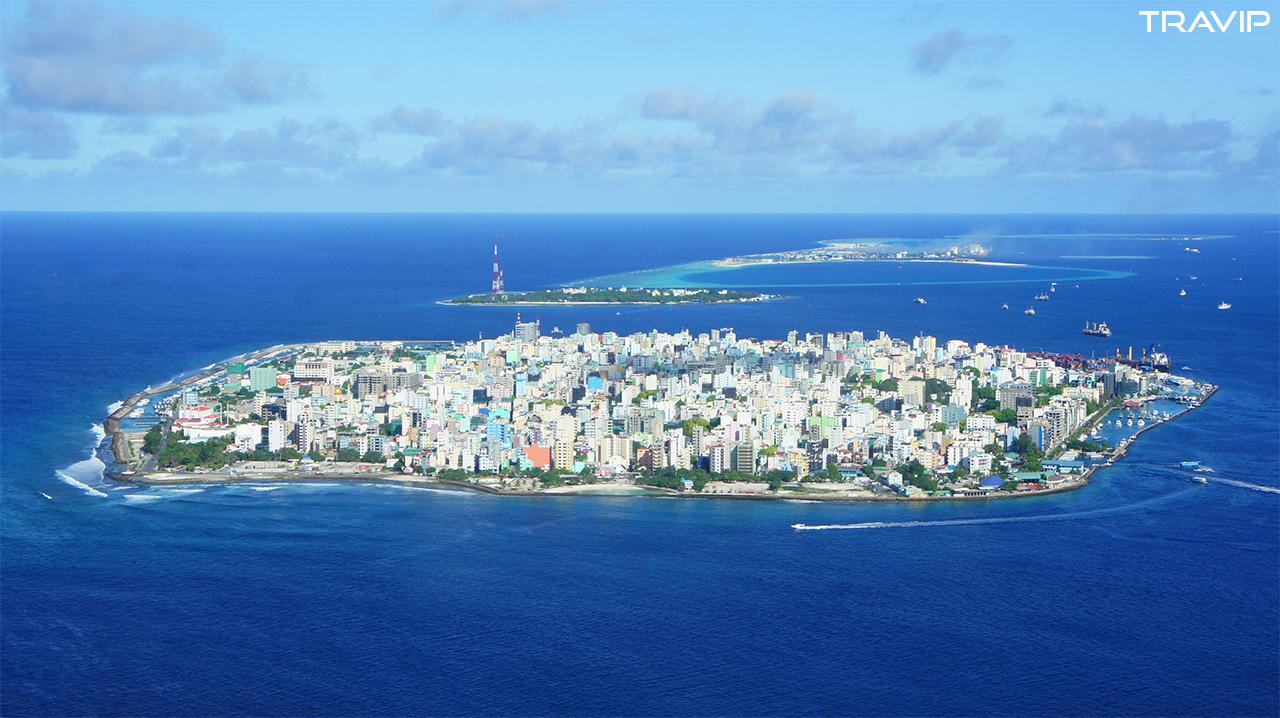 Thủ đô Malé của Maldives nhìn từ trên cao. Hòn đảo chỉ rộng 5km2 này nằm chơi vơi giữa biển khơi với nhà cửa chen chúc nhau trong những con phố chật hẹp.