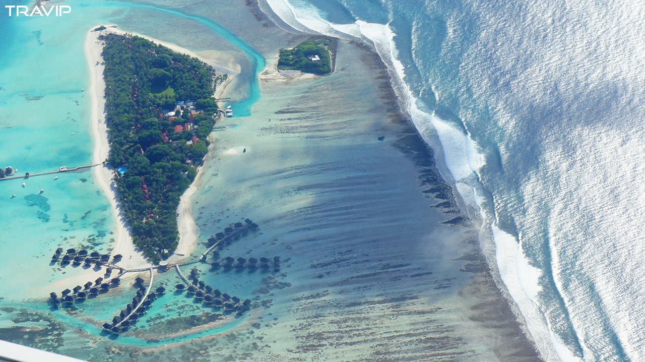 Một hòn đảo resort ở Maldives với những villa nổi uốn lượng trên biển. Đến Maldives nhất định phải ra resort ở để tận hưởng những bãi cát trắng phau bên hàng dừa và làn nước biển xanh màu ngọc bích.