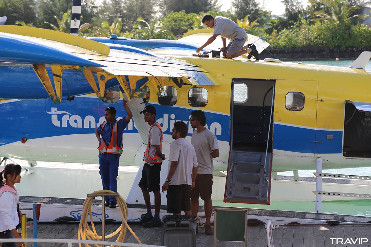 Những nhân viên của hãng hàng không TransMaldivian Airways chuẩn bị cho một chuyến bay từ sân bay Malé ra các đảo resort.