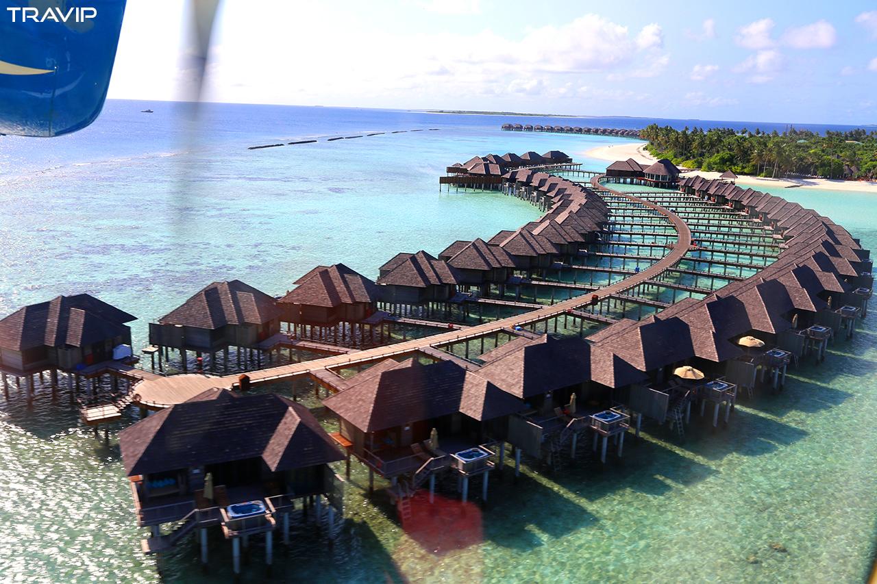 Cận cảnh những căn phòng nổi được xây dựng trên mặt biển màu xanh ngọc của Maldives, chụp từ thủy phi cơ lúc sắp hạ cánh.