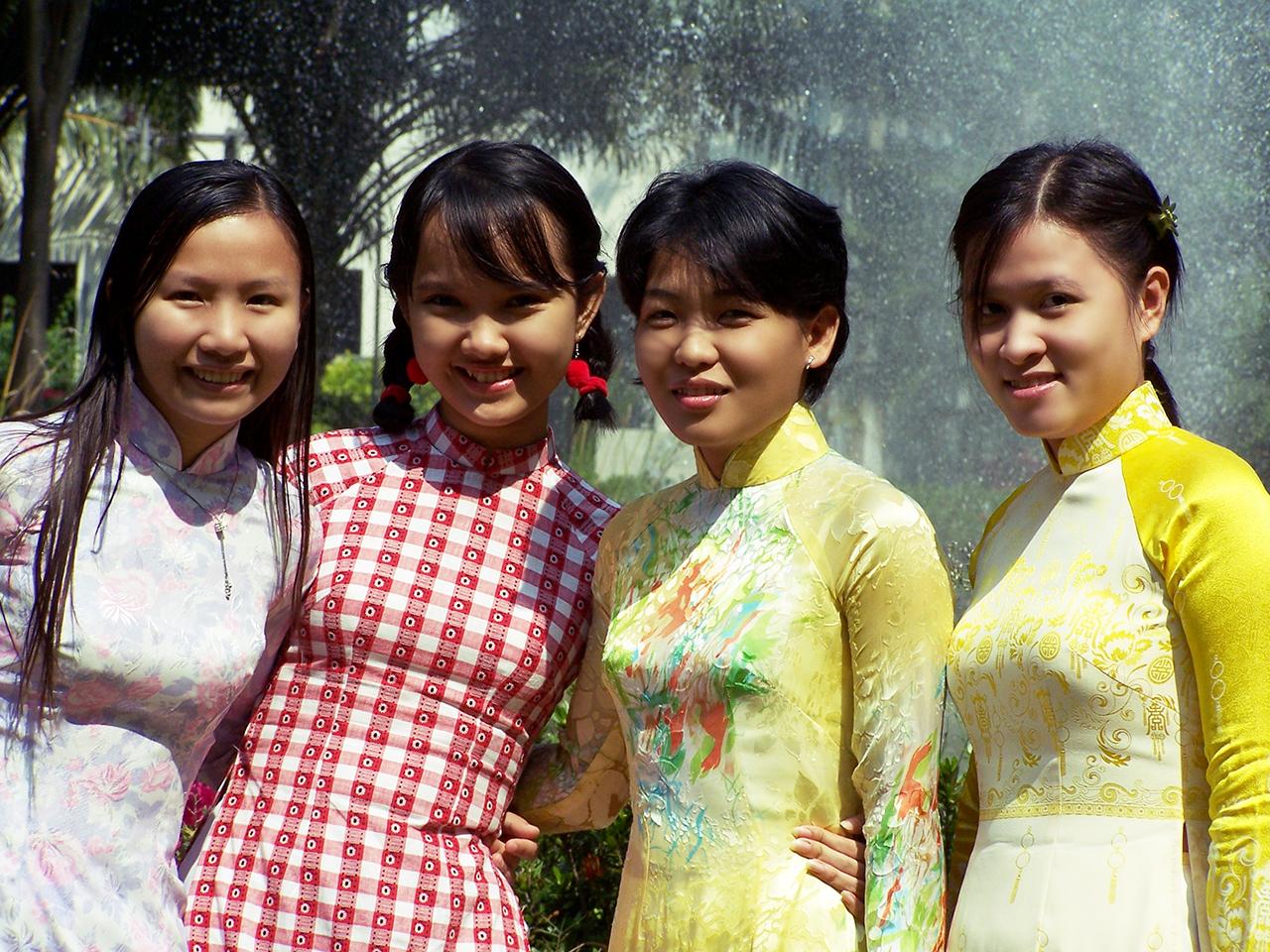 Sinh viện Việt Nam mặc áo dài đến trường trong ngày mùng 1 Tết.