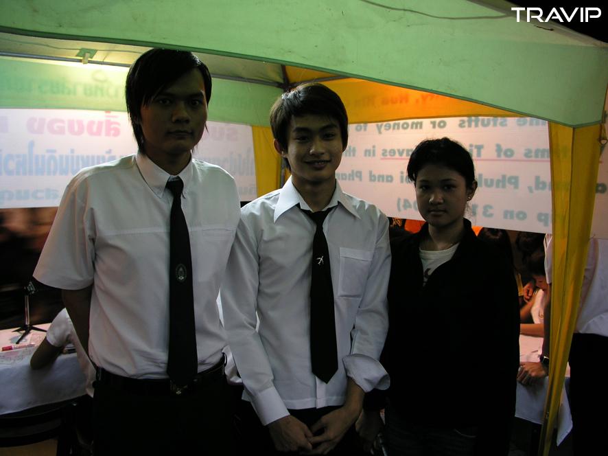 Sinh viên trường Suan Dusit Rajabhat quyên góp cho các nạn nhân của sóng thần. Từ trái qua: Marupong Kitkasikhon, Weerapong Noi-pukdee và Kannika Krabeetong. Ảnh: Travip