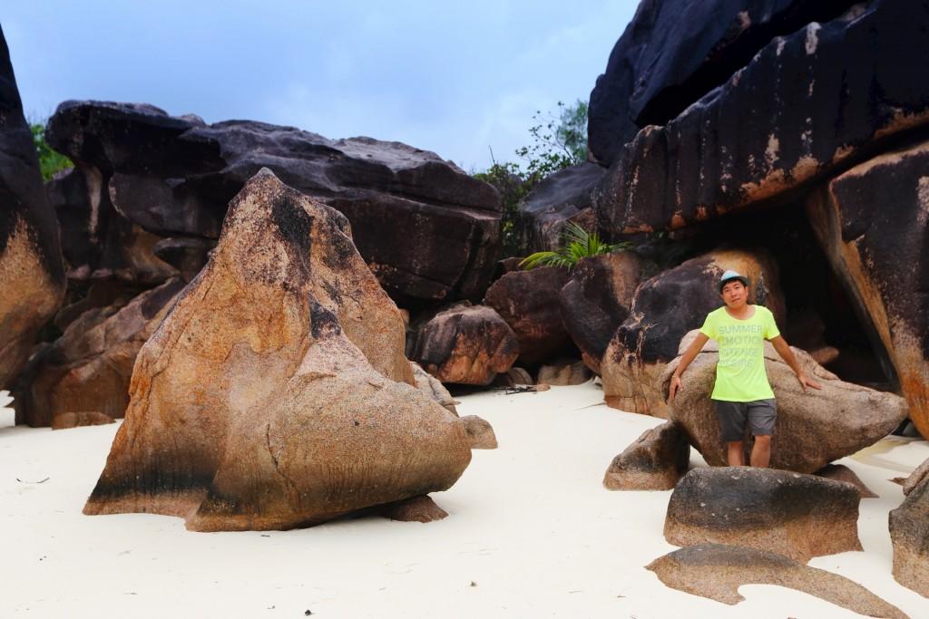 Một góc bãi đá granite trên nền cát trắng mịn màng ở đảo Le Curieuse