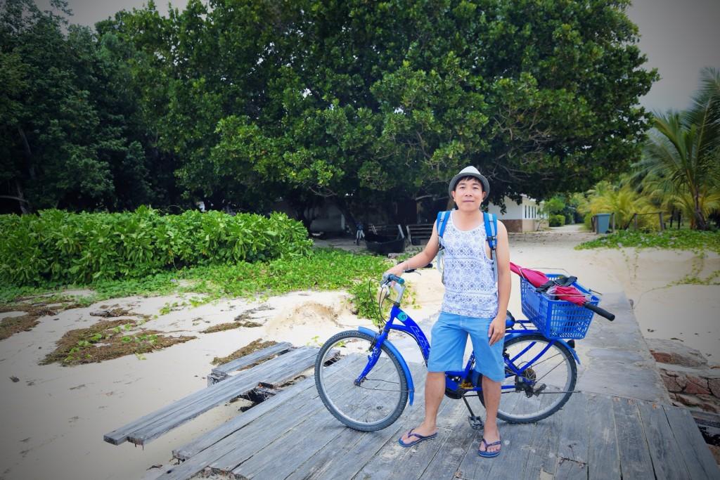 Đạp xe rong ruổi trên đảo La Digue, Seychelles.