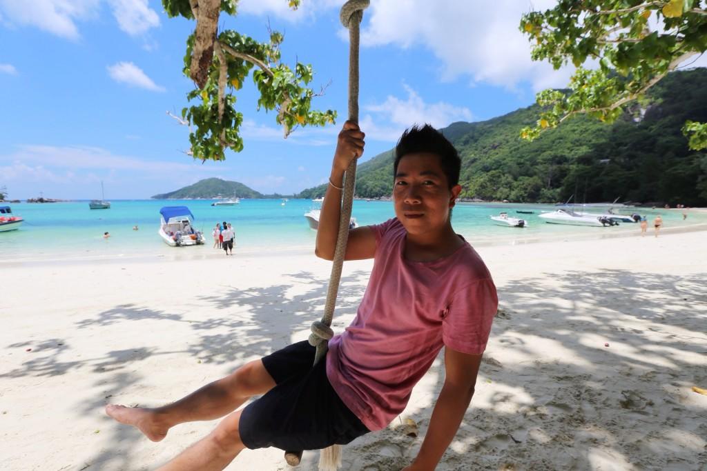 Bãi biển cát trắng nuwosc xanh ngọc bên trong một resort ở đảo Mahé, Seychelles.
