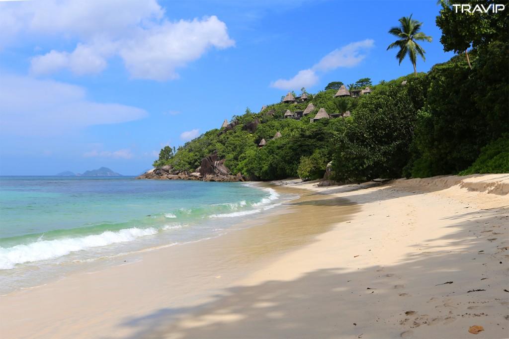 Một bãi biển trước mặt một resort ở đảo Mahé