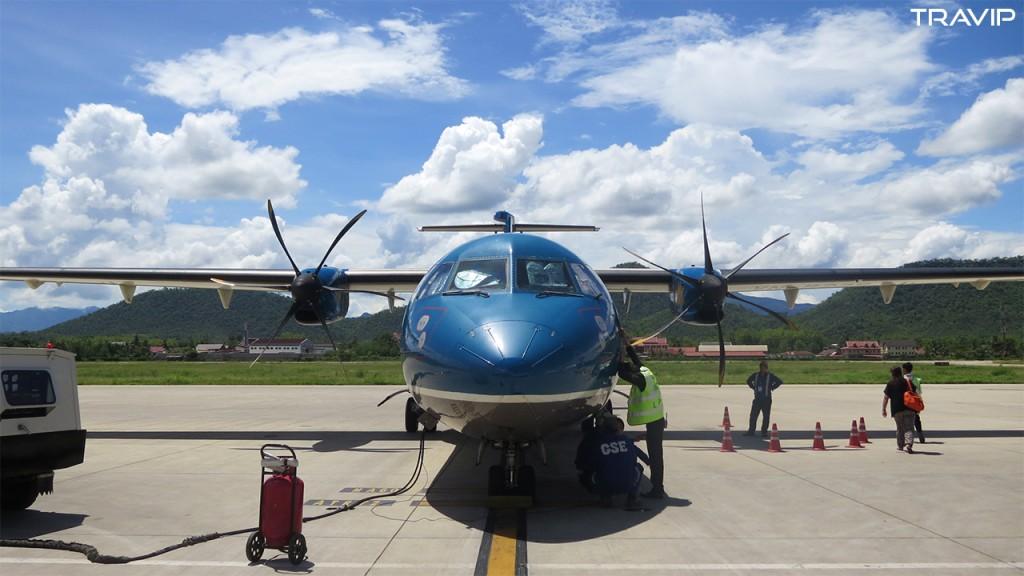 Máy bay ATR72 của Vietnam Airlines vừa đáp xuống sân bay Luang Prabang từ Hà Nội.
