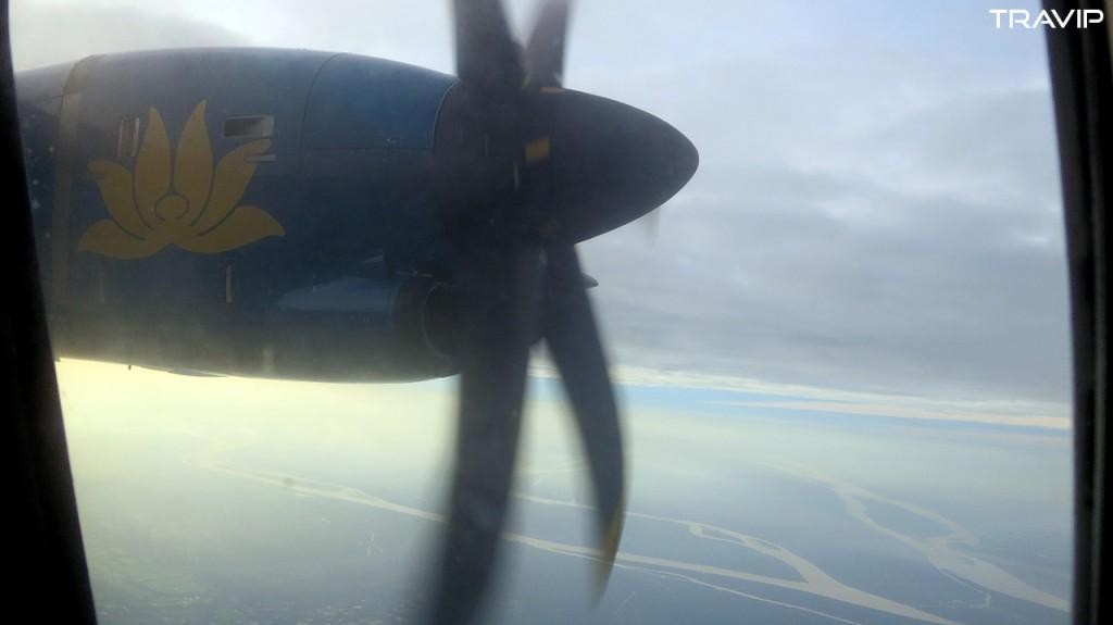 Cánh quạt máy bay ATR72 của Vietnam Airlines trên chuyến bay từ TP. Hồ Chí Minh đi Rạch Giá.