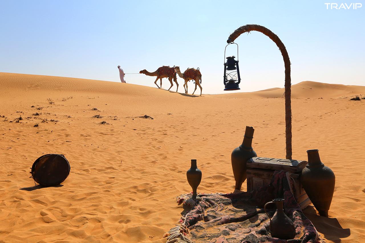 Ăn sáng trên sa mạc và cưỡi lạc đà ở Dubai.