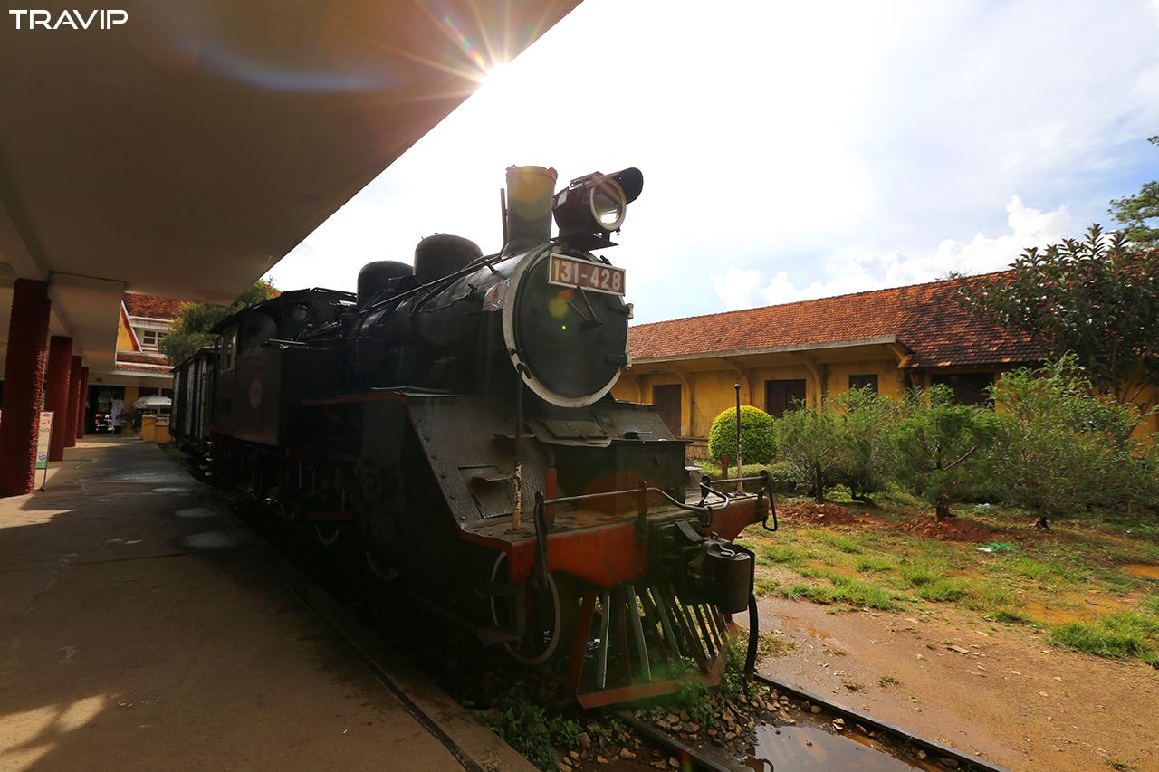 Đầu máy xe lửa cổ trưng bày, không hoạt động.