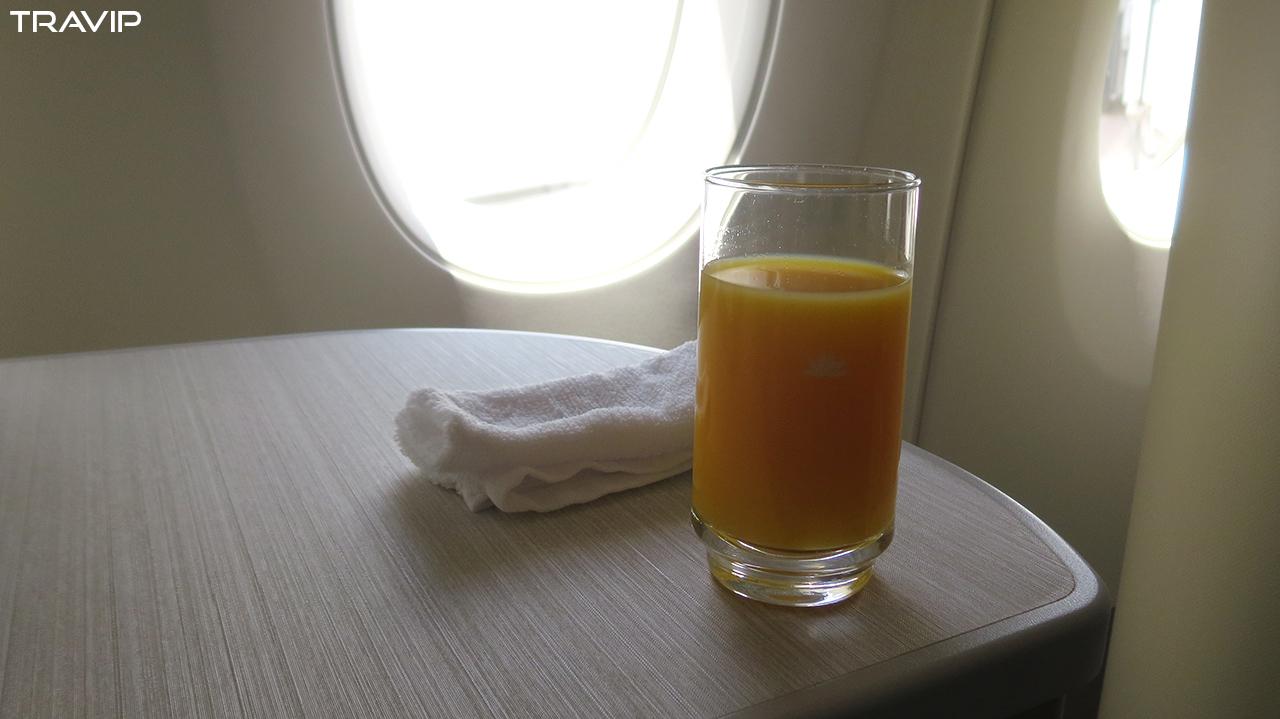 Khăn lạnh và đồ uống được phục vụ trước chuyến bay.
