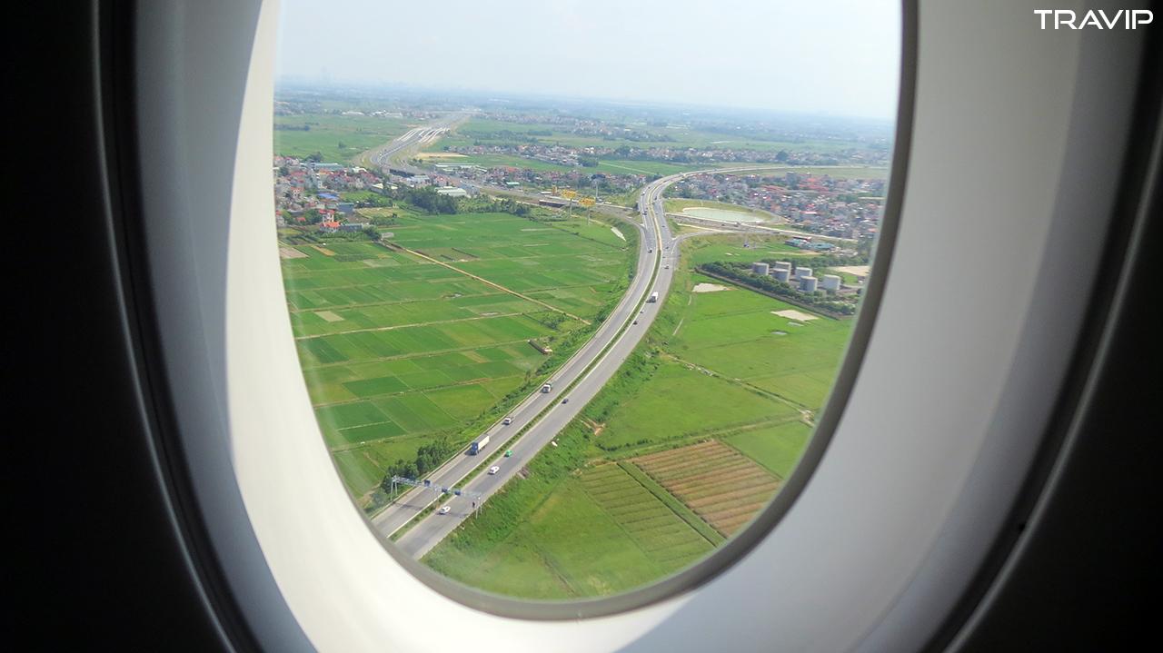 Một góc Hà Nội bên ngoài cửa sổ.