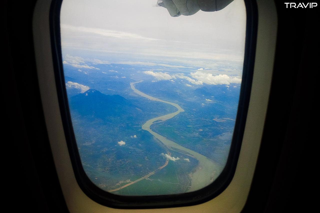 Đất trời Tây Bắc qua cửa sổ máy bay.