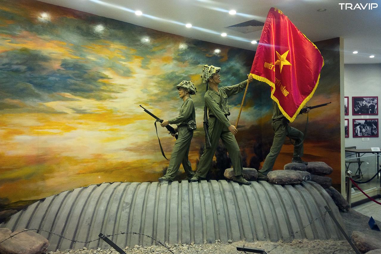 Hình ảnh biểu tượng chiến thắng Điện Biên Phủ trên nóc hầm Đờ Cát được tái hiện.