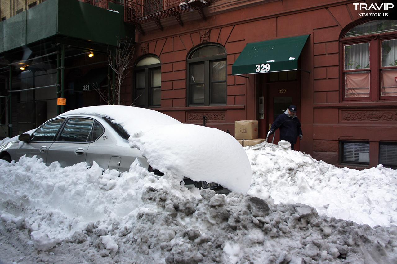 New York sau bão tuyết. Người ta còn chưa kịp dọn đống tuyết lẫn với đất đen xì.