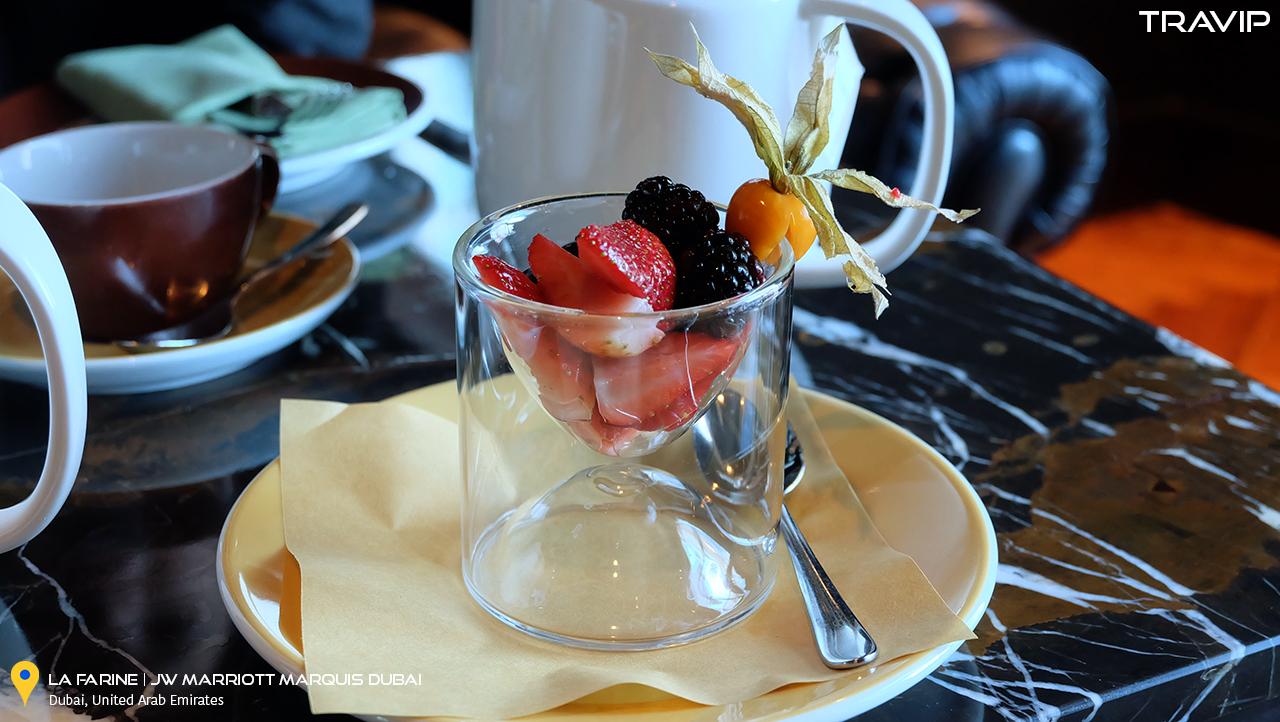 Phần trái cây với các loại berries.