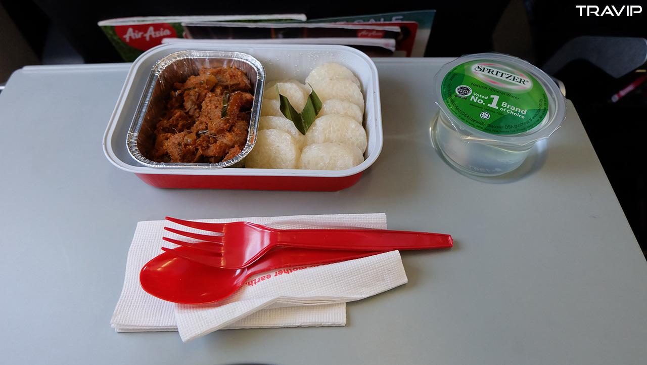 Suất ăn cơm lam bò rendang của AirAsia. Ngon tuyệt cú mèo!