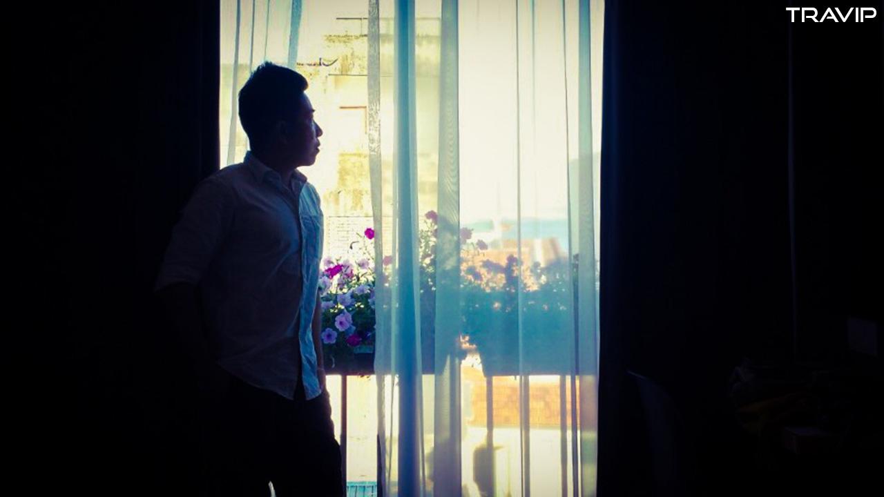 Sống ảo bên rèm cửa.