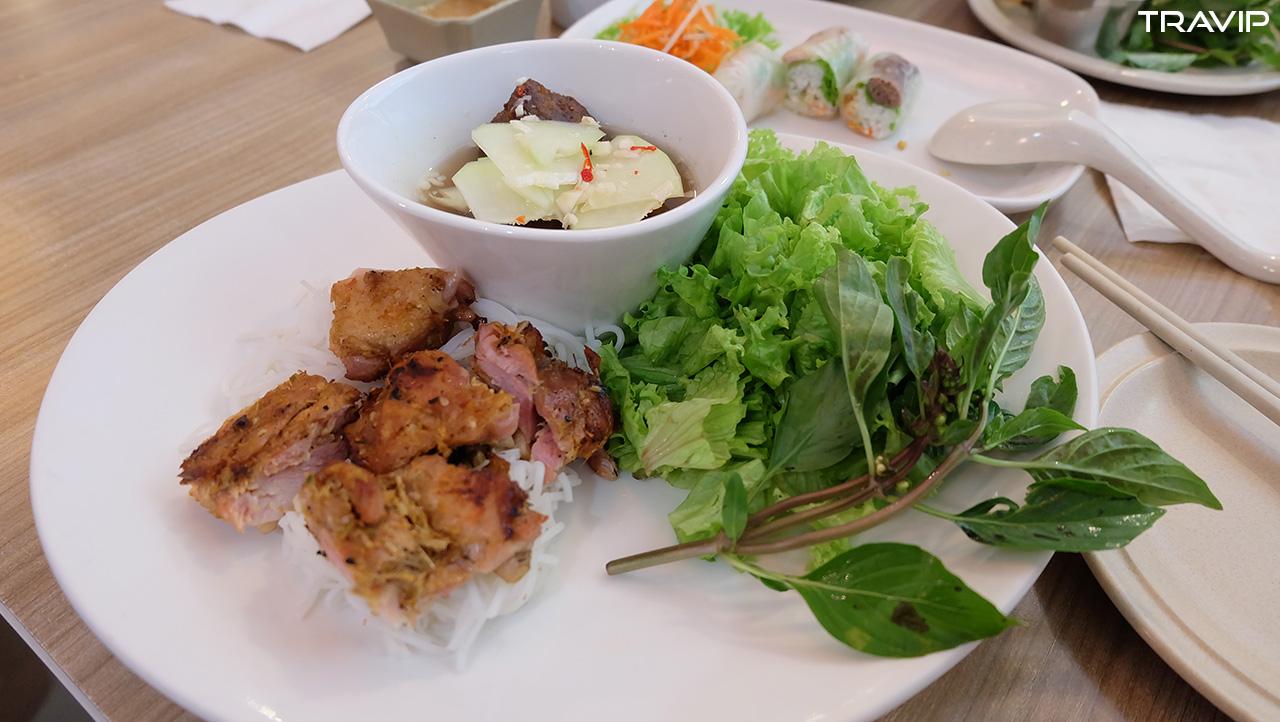 Thèm đồ ăn Việt Nam quá nên ghé quán Việt Nam trong Suria KLCC ở Kuala Lumpur ăn bún chả Hà Nội.