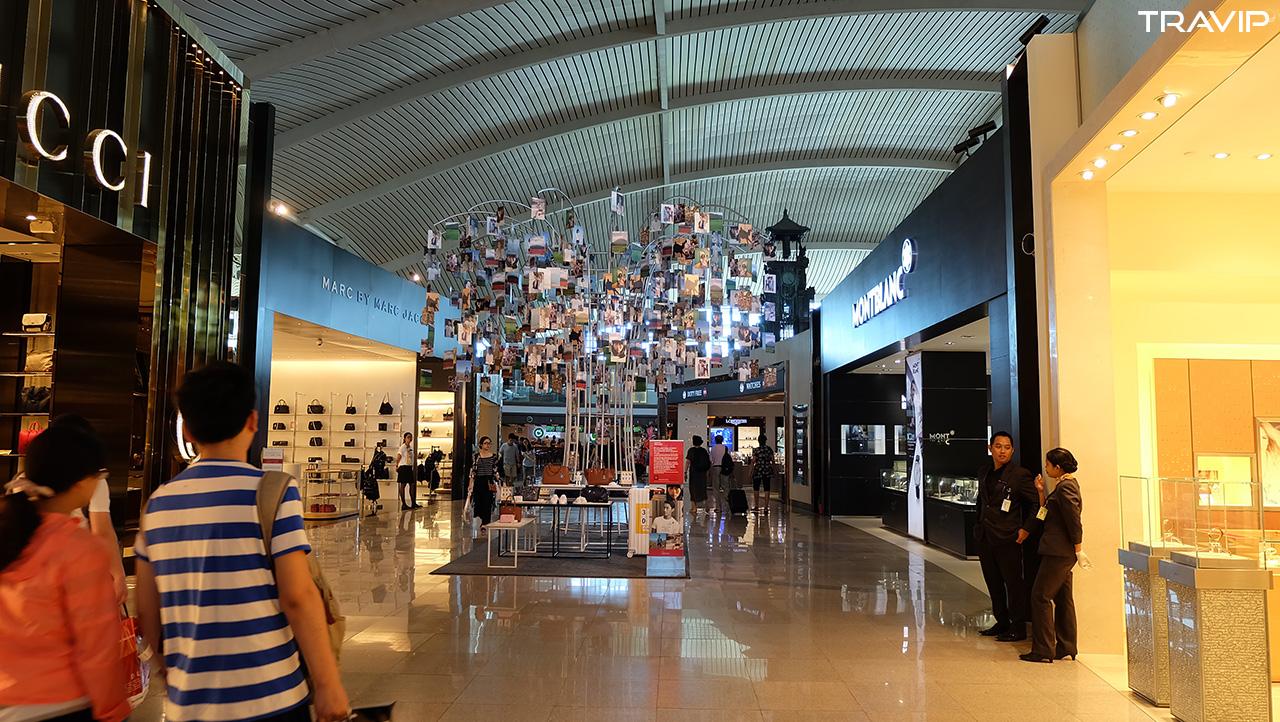 Nhà ga sân bay Denpasar được thiết kế để khách phải đi qua dãy mua sắm mới ra được cửa ra máy bay hihi.