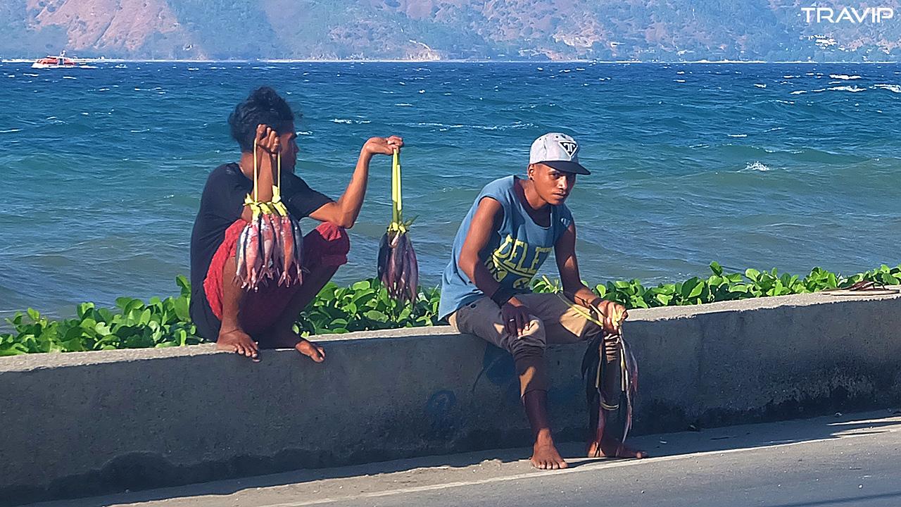 Những thanh niên bán cá ở bờ biển Dili.