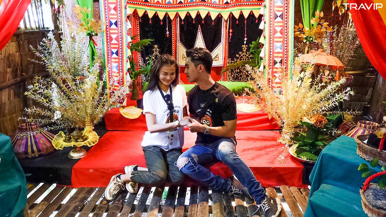 Gian nhà mô phỏng lễ cưới của người địa phương ở Mari Mari.