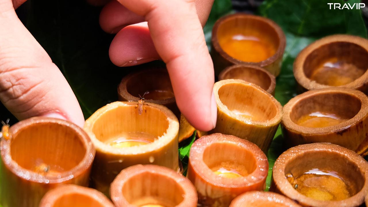 Thử mật ong rừng vừa lấy trực tiếp từ tổ.