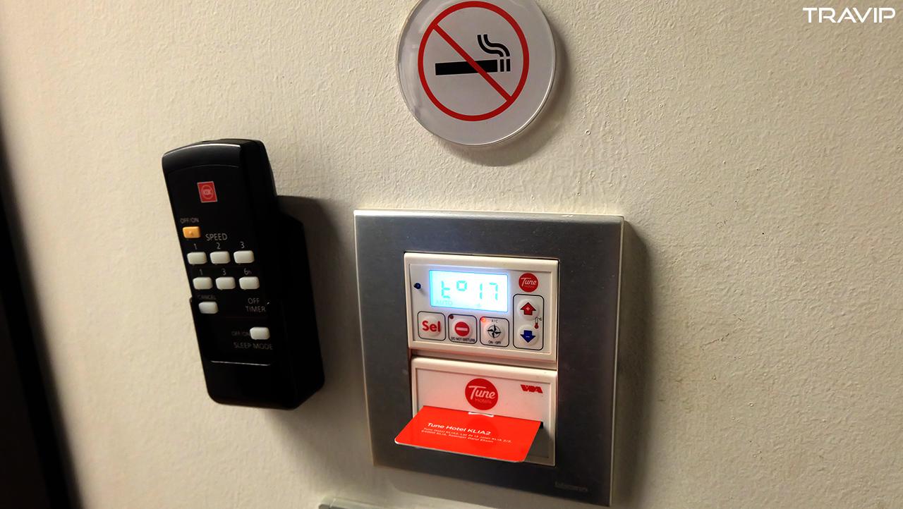Chỗ cắm thẻ từ và điều khiển điều hòa nhiệt độ.