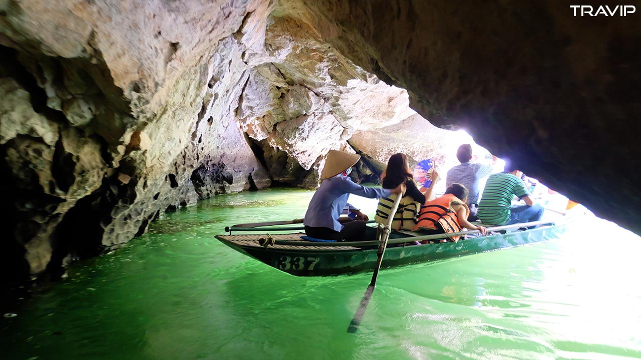 Chèo thuyền xuyên hang động ở Tràng An.
