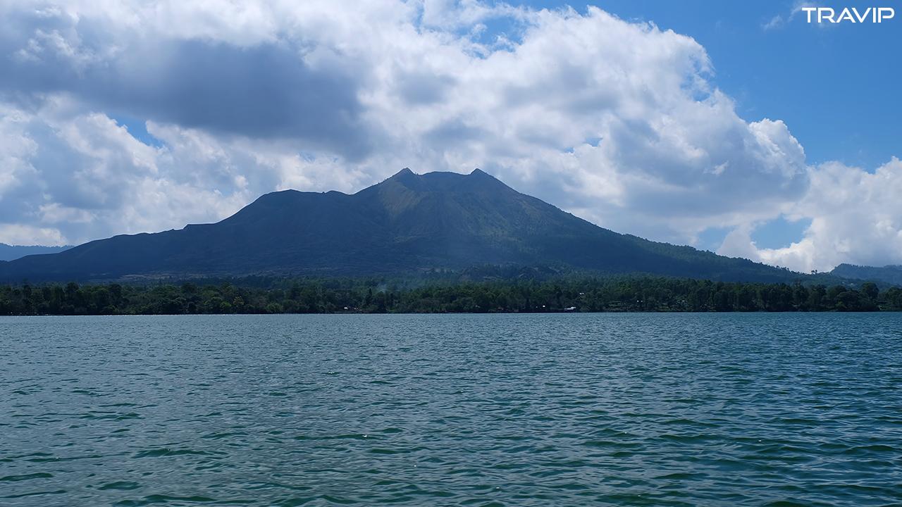 Nùi lửa Batur nhìn từ hồ.