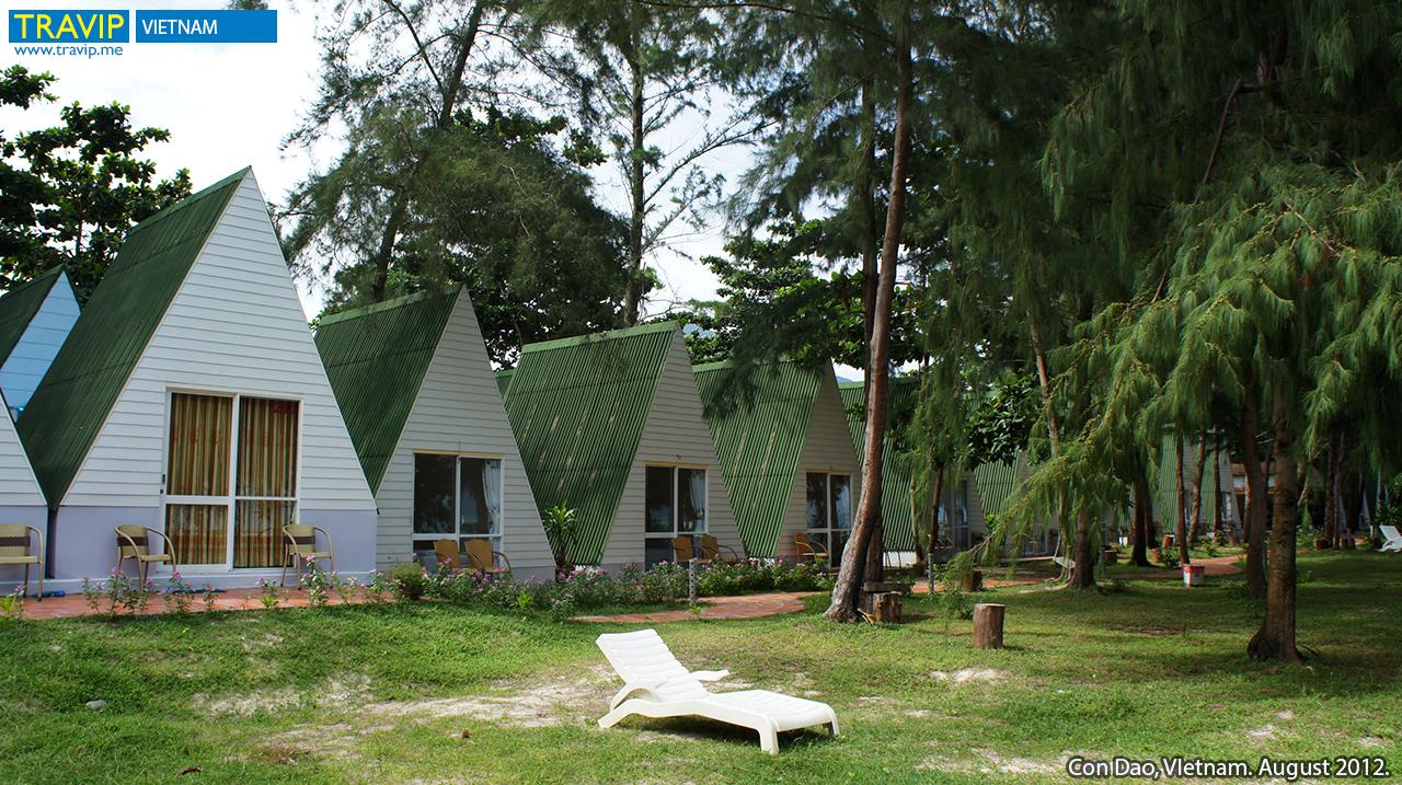 Khách sạn Côn Đảo Sea Cabana nằm trên một bãi biển với phòng ở được xây theo hình dáng túp lều. Khách sạn trước đây có tên Côn Đảo Camping.