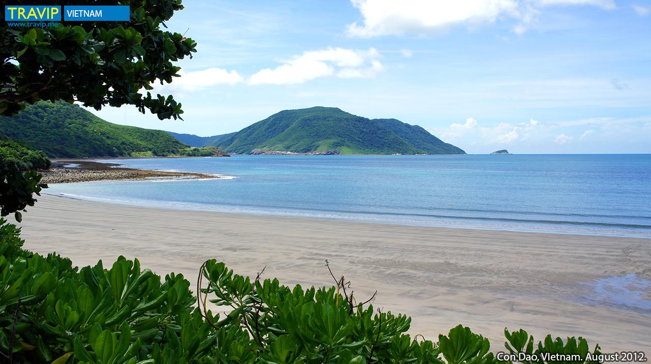 Một góc biển hoang sơ gần khi resort Six Sense.