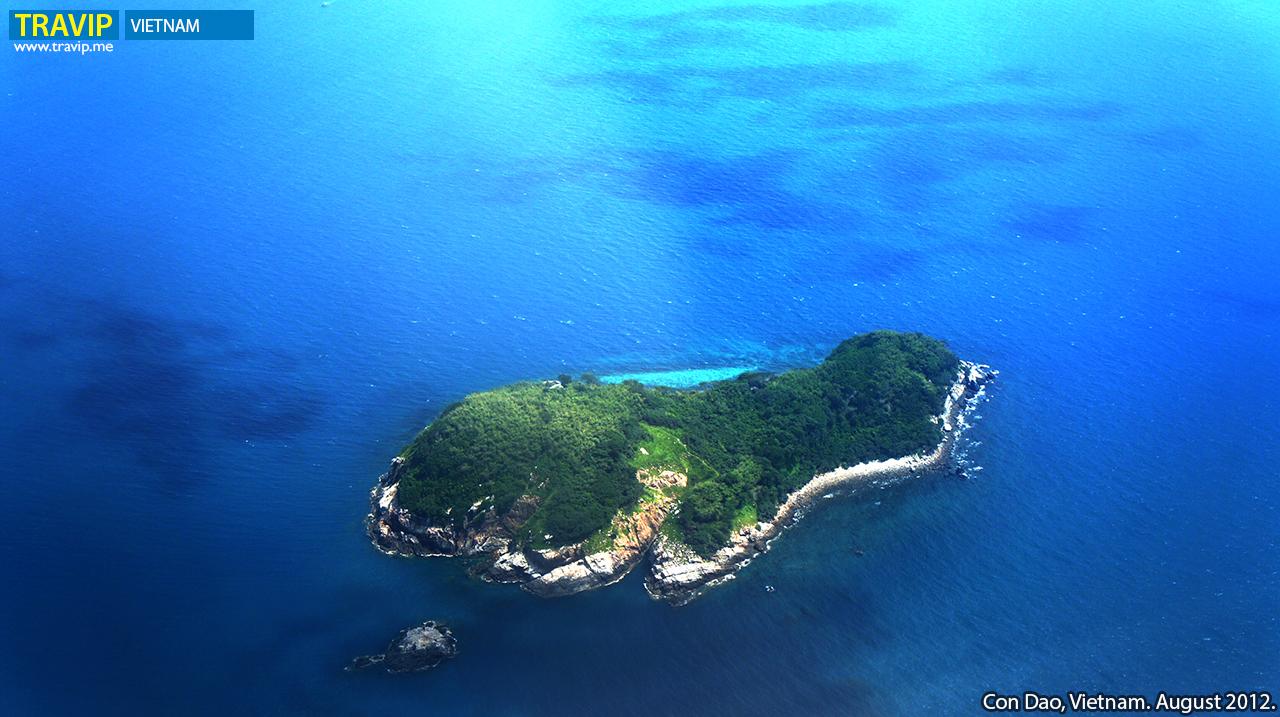 Hòn Tre Nhỏ, một đảo trong quần đảo Côn Đảo, nhìn từ máy bay.